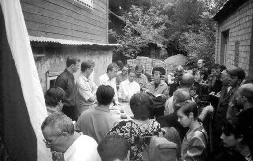 Пресс-конференция во дворе редакции газеты «Саратов» 6 августа 2001 года (фото Николая Клёнова).