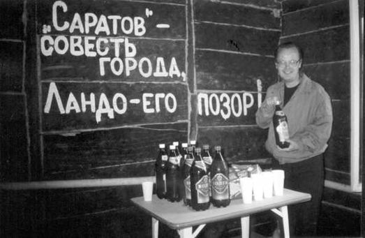 Александр Крутов – на фуршете, который состоялся по завершению пресс-конференции в редакции газеты «Саратов», посвящённой «делу Ландо» (фото Николая Клёнова).