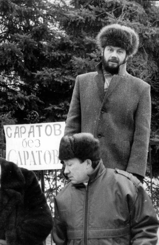 Январь 1994 года: главный редактор газеты «Саратов» Борис Плохотенко вместе с соратниками на Театральной площади защищает свою газету. Тогда победила номенклатура… (фото Алексея Хействера).