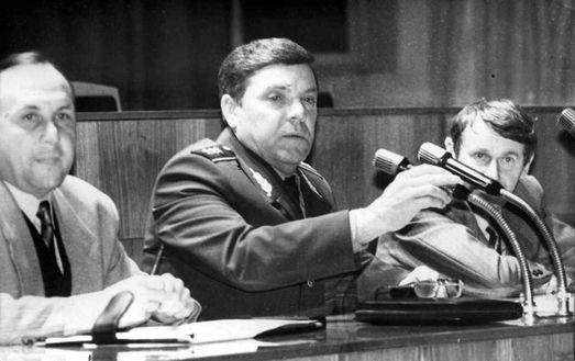 1995 год: Борис Громов баллотируется в Госдуму от Саратова. Справа – одно из его доверенных лиц тех лет. Это – Ландо! (фото Алексея Хействера).