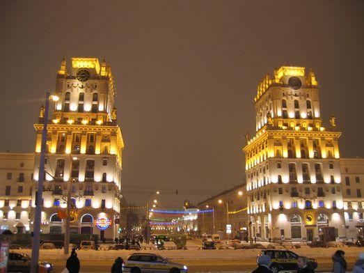 """Минск. """"Ворота в СССР"""" ночью (январь 2011 года)."""
