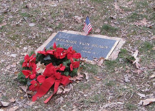 Могила Вернера фон Брауна на кладбище Иви-Хилл (Ivy Hill) в г. Александрия, штат Вирджиния.