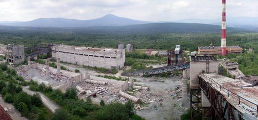 Слева за кадром – действующий комплекс (его часть вы видите на предыдущем фото), справа за кадром – строение, в котором работают военные или частные охранники, а в центре мы видим то, что осталось от масштабной стройки Белорецкого ГОКа (фото сделано в июле 2011 года,  автор фото – Ямиль Yamigos).
