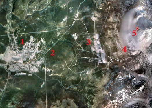 На спутниковой фотографии под № 1 – жилой городок Солнечный/Белорецк-16, под № 2 – охраняемый периметр (охватывающий всю гору, под № 3 – строительные помещения (?), под № 4 – въезд в тоннель, то есть в гору, № 5 – вершина Ямантау