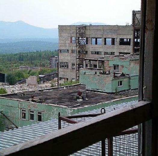 Здание АБК (на переднем плане), за ним – массивный корпус одного из центральных строений Белорецкого ГОКа (фото сделано в августе 2010 года, автор фото – Ямиль Yamigos).