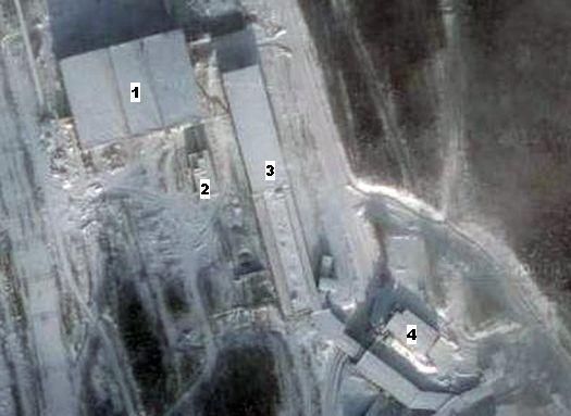 Google-снимок: 1 – центральное, одно из самых массивных сооружений Белорецкого ГОКа, 2 – административно-бытовой комплекс (АБК), 3 – эстакада, сооружённая за АБК, 4 – действовавшая тогда и сегодня часть горнопроходческого комплекса.