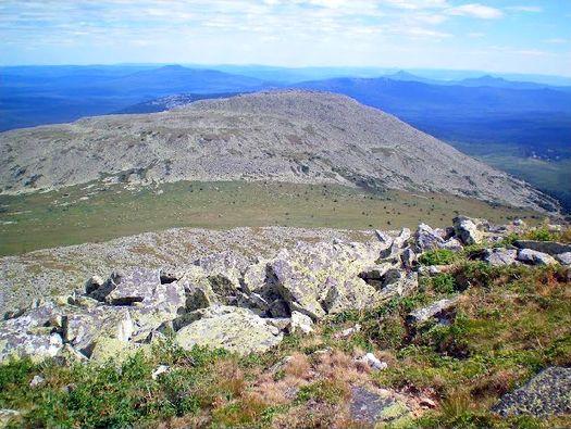 Вершина горы Малый Ямантау (взгляд – с вершины горы Большой Ямантау, фото сделано в августе 2010 года, автор фото – Ямиль Yamigos).