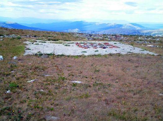 Остатки «вертолётной площадки» на плато между горами Большой и Малый Ямантау, фото сделано 18 августа 2010 года (автор фото – Ямиль Yamigos).