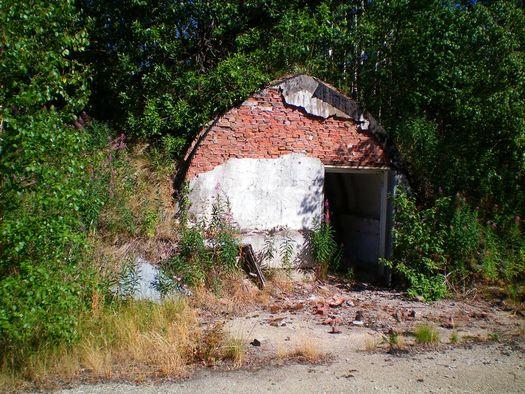 Вход в один из десятка маленьких «бункеров», расположенных в окрестностях горы Ямантау, фото сделано в августе 2010 года (автор фото – Ямиль Yamigos).