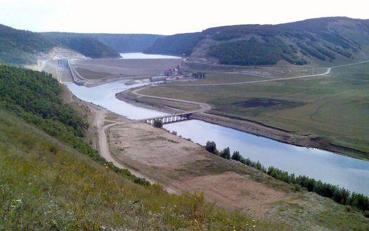 Юмагузинская ГЭС, фотография сделана летом 2008 года (автор фото – Pesotsky).