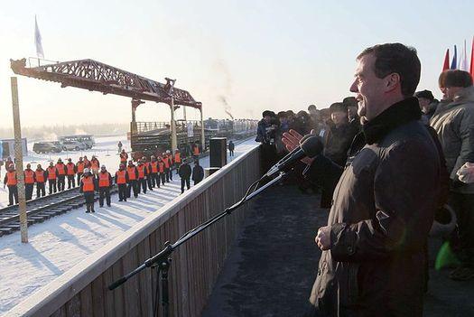 15 ноября 2011 года: Президент России Дмитрий Медведев на торжественной церемонии укладки «золотого звена» на станции Нижний Бестях.