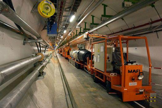 Тоннель ускорителя частиц Большого адронного коллайдера.