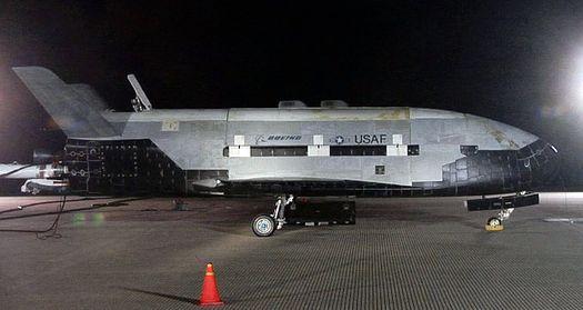 3 декабря 2010 года: фото беспилотника X-37B, сделанное вскоре после его приземления на военно-воздушной базе «Ванденберг» в Калифорнии.