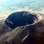 Кратер (кальдера) вулкана Тоба на острове Суматра.