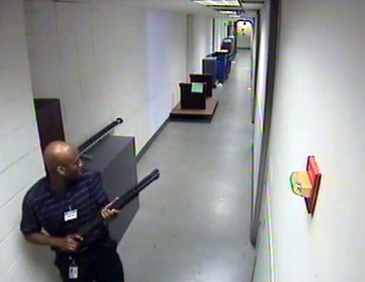 Аарон Алексис на записи камеры видеонаблюдения.