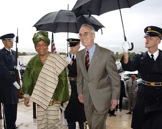Президент Либерии Элен Джонсон-Серлиф и заместитель Министра обороны США Гордон Инглэнд (Gordon England), Пентагон, 24 октября 2007 года.