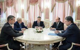 Встреча Джорджа Сороса (второй слева) и Петра Порошенко (крайний справа).