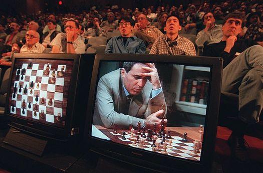 Гарри Каспаров сражается с суперкомпьютером «Deep Blue».
