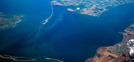 Керченский пролив; в левом нижнем углу фото – остров Тузла.