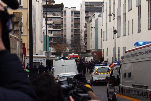 С полудня 7 января «редакционной» квартал тихой улочки Никола Аппер представлял собой самое настоящее столпотворение (фото – Thierry Carro).