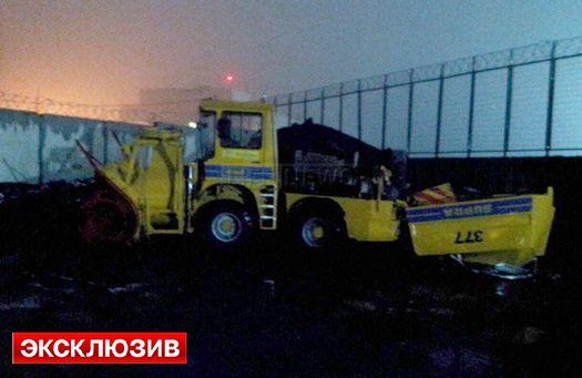 Пострадавшая от удара крыла самолёта «Falcon» снегоуборочная машина аэропорта «Внуково-3».