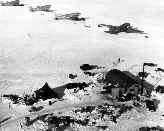 Военно-транспортные самолёты «R4D Skytrain» на льду Антарктиды.