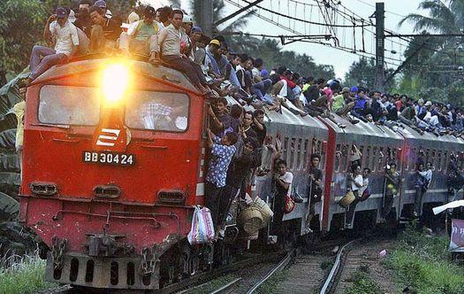 Мигранты оккупировали пассажирский состав в Венгрии.