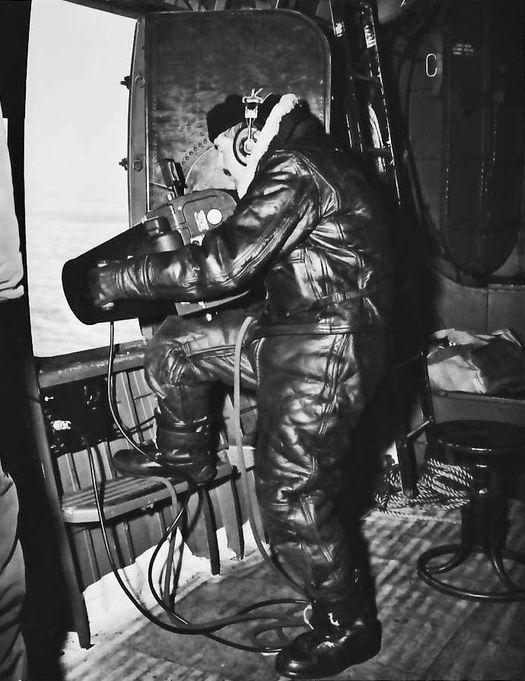 Участники экспедиции «High Jump» (она же – «Task Force 68») проводят аэрофотосъёмку поверхности Антарктиды.