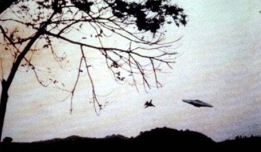 Май 1988 года: необычный дисколёт и истребитель «F-14» ВМС США в небе над Пуэрто-Рико.