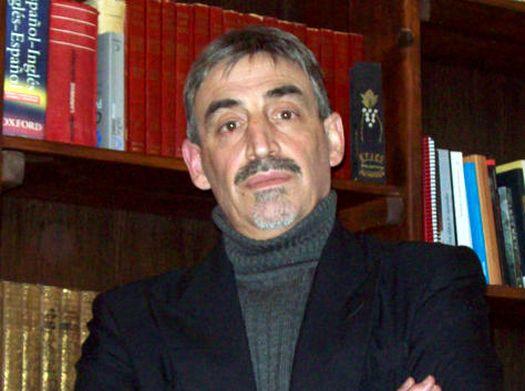 Абель Басти в своей домашней библиотеке.