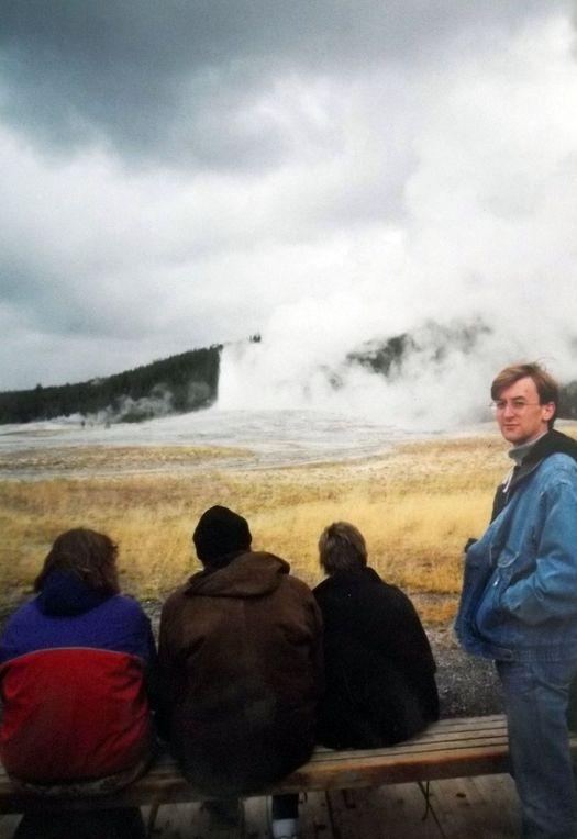 Извержение гейзера «Старый служака» («Old Faithful»).