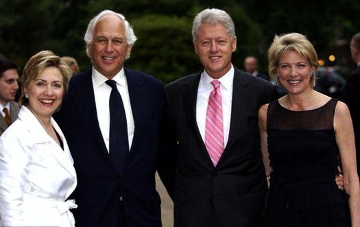 Хиллари Клинтон, сэр  Ивлин Роберт де Ротшильд, экс-президент США Билл Клинтон и леди Линн Форестер де Ротшильд