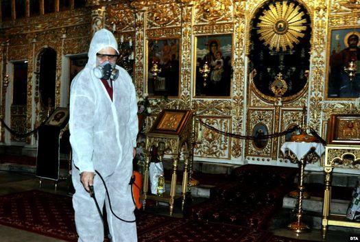 14 марта 2020 года: дезинфекция православной церкви в болгарском городе Хасково.